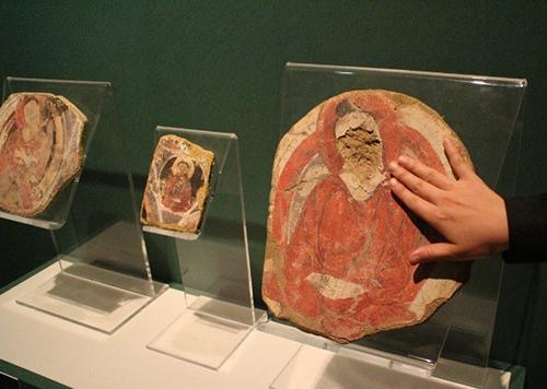 写真4 復元されたクローン文化財に触れるコーナーもある。