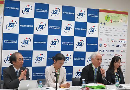 写真5 会議後のプレスセッションで「日本でのジェンダー問題の取り組みの低さを痛感した」と語るJSTの濵口道成理事長(右から2番目)。左から情報・システム研究機構の藤井良一機構長、日本学術会議の井野瀬久美惠副会長、右端はJSTの渡辺美代子副理事
