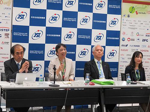 写真2 提言を発表して閉会後に記者会見する左から藤井機構長、井野瀬副会長、濵口理事長、渡辺副理事
