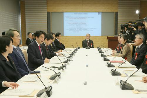 写真 大隅良典さんを迎え、21日午前開かれた総合科学技術・イノベーション会議と経済財政諮問会議の合同会議の様子(提供・首相官邸)