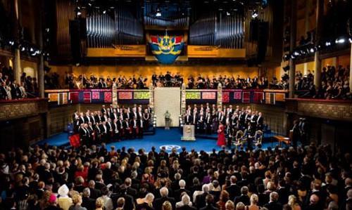写真1 ストックホルム市内のコンサートホールで現地時間10日行われた2016年のノーベル賞授賞式 (ノーベル財団提供)