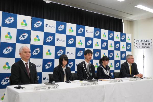 """写真3「メディアセッション-海外から見た日本の""""震災復興5年""""と被災地の若者が描く未来社会」(左から濵口理事長、大浦さん、遠藤さん、中武さん、「AAAS」CEOのホルト氏)"""