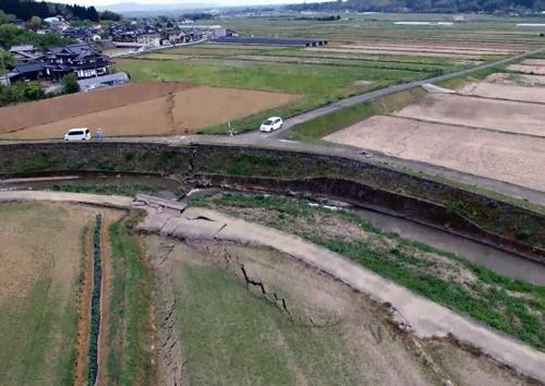写真 地震に伴い出現した熊本県・益城町下陳周辺の断層。国土地理院が小型無人飛行機「ドローン」で4月16日撮影(国土地理院提供)