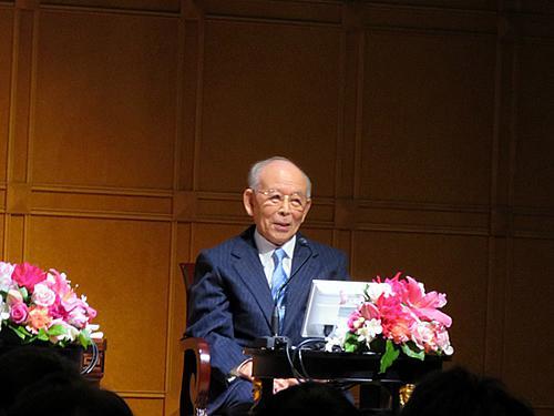 学生時代のエピソードなどを話す赤崎勇教授