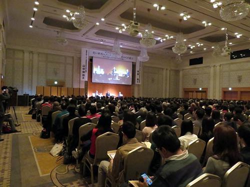 会場で熱心に公開対談を聞く約700人の聴衆