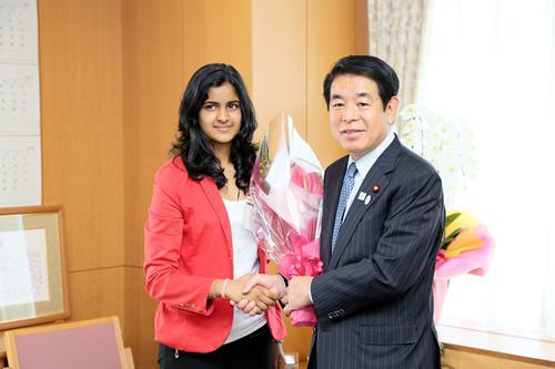 高校生を代表してインドのバカディアさんから下村博文文部科学相に花束贈呈