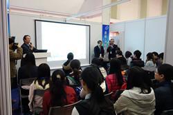 陳文西会津大学教授の説明に聞き入る中国の高校・大学生たち