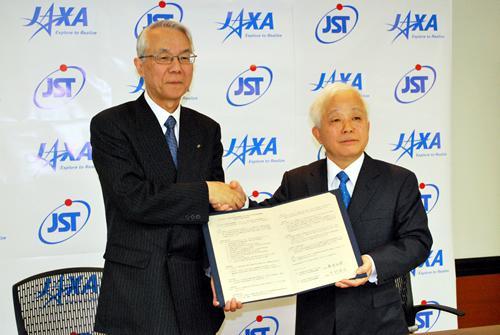 相互協力協定を締結した中村道治JST理事長(左)と奥村直樹JAXA理事長