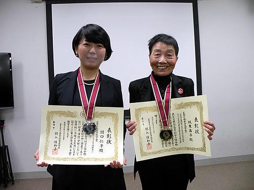 第2回湯浅年子賞を受賞した坂東昌子さん(右)と関口仁子さん=12月24日、お茶の水女子大学