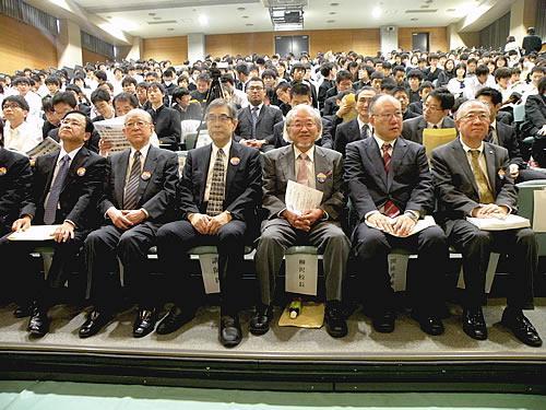 「化学の日」講演会に臨む演者の(前列左から)小林喜光氏、鈴木章氏、玉尾晧平氏