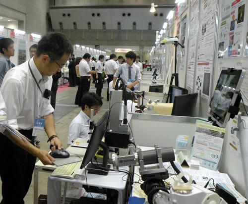 大学が持ち込んだ新技術の実物を前に議論する参加者たち=9月11日、東京都江東区の東京ビッグサイトのイノベーション・ジャパン2014