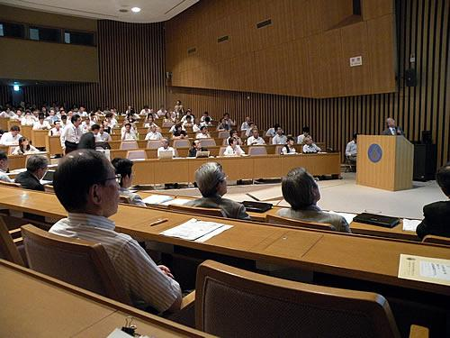いっぱいに参加者が集った学術フォーラム「研究倫理教育プログラム」