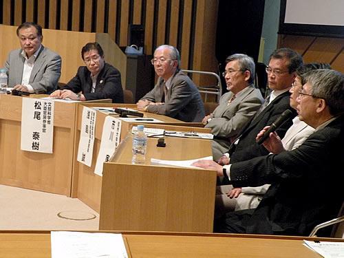 ラウンドテーブルで議論する講演者ら