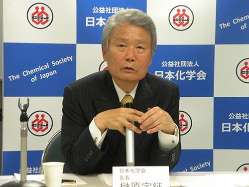 就任会見をする榊原定征・日本化学会会長