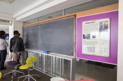 湯川秀樹がコロンビア大学で愛用した黒板を使って勉強する大阪大学の学生たち