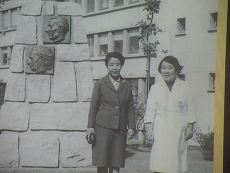 山崎美和恵さん(左)と湯浅年子=1965年、パリのオルセー研究所