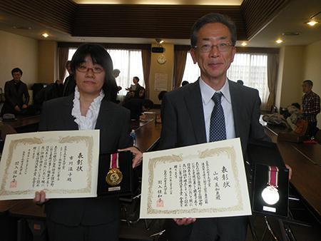 第1回受賞者の市川温子さん(左)と故山崎美和恵さんの代理の山崎俊嗣さん