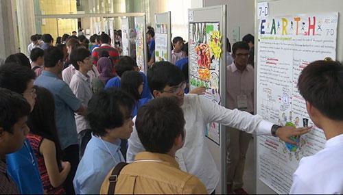 ポスター発表で熱心に説明する生徒・学生たち
