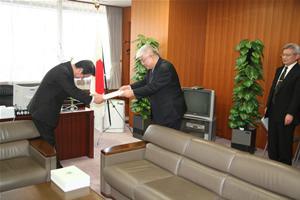 提言を川端達夫・科学技術政策担当相に手渡す金澤一郎・日本学術会議会長