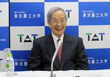 写真 30日、東京農工大学内で記者会見する遠藤章氏(提供・東京農工大学)