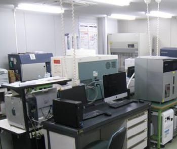 写真 大阪大学大学院医学系研究科に設立された「ゲノム編集センター」の「受託解析サービス部門」の一部 (大阪大学提供)