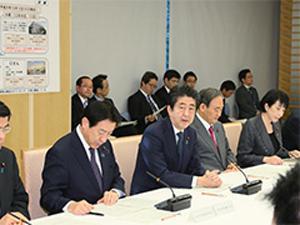 写真 首相官邸で開かれた新型インフルエンザ対策本部会合の訓練(提供・首相官邸)