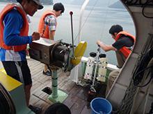 舞鶴湾で海水を採取する研究者(神戸大学提供)
