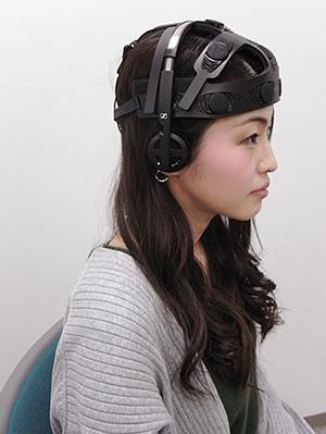 写真 開発されたヘッドホン型ワイヤレス脳波センサー(大阪大学、JST提供)