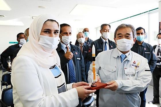 打ち上げ成功を喜ぶアラブ首長国連邦と三菱重工業、JAXAの関係者(三菱重工業提供)