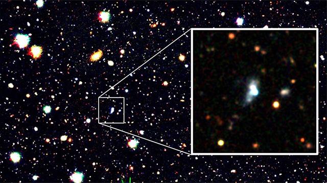 """夏の星座として知られるヘルクレス座の方向の4.3億光年離れた宇宙で見つかった""""赤ちゃん銀河""""の「HSC J1631+4426」(国立天文台提供)"""