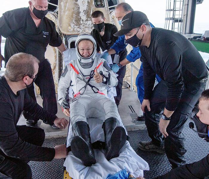 回収船上でクルードラゴンから降機したダグラス・ハーリー飛行士(ビル・インガルス氏撮影、NASA提供)
