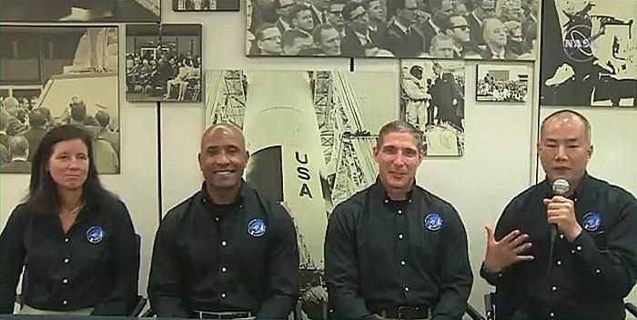 会見で次の飛行の抱負を語る野口聡一さん(右端、NASAテレビから)