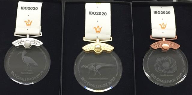 国際生物学オリンピックの左から銀、金、銅の各メダル(国際生物学オリンピック2020リモート大会事務局提供)