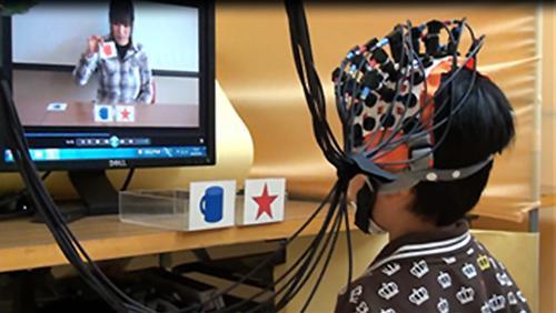 テレビで学習する子どもの実験の様子