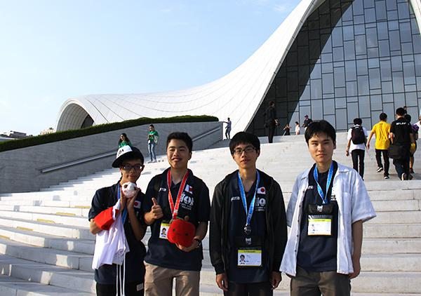 第31回国際情報オリンピックで金、銀メダルを獲得した4人の日本代表高校(情報オリンピック日本委員会提供)