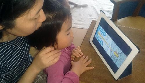 「たなばたバス」ナレーション付きデジタル版を見る母子