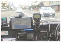 写真 サブス車両の運転席。既存のタクシーに、タブレット端末を置くだけ。