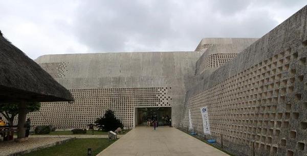 写真1 会場となった沖縄県立博物館・美術館の外観