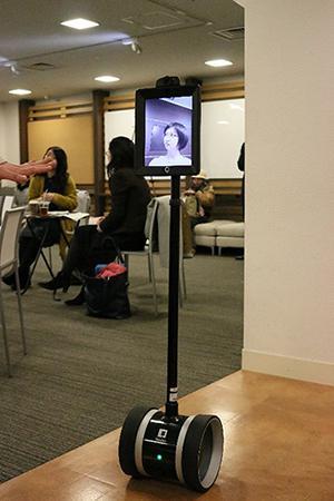 写真1 講師の槇田諭さんの遠隔操作によって会場入りするテレプレゼンスロボット