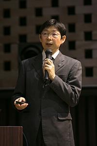 写真3 基調講演する森本幸司さん