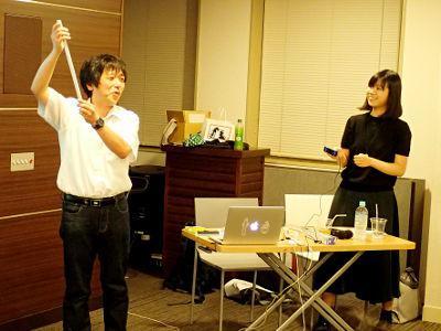 写真4 楽しそうに実験を行う中村さんとサポートをするファシリテーターの黒木さん
