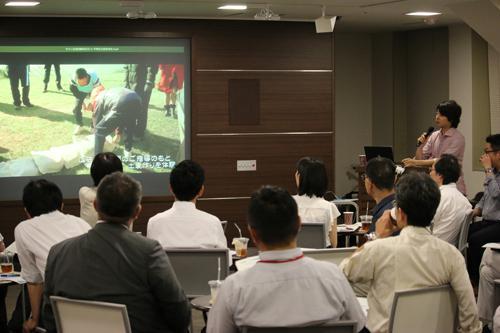 写真3 アクティブラーニング災害訓練の記録映像を説明する吉田さん