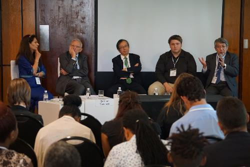 写真4 JST主催セッションで質疑に答える大竹暁JST研究開発戦略センター特任フェロー(左写真右端)と来場者(右写真)