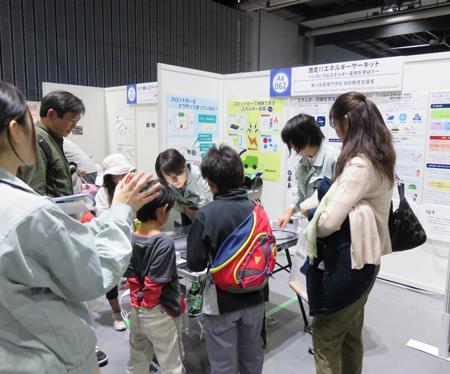 写真2 6日の展示ブース「激走!!エネルギーサーキット」で来場者に説明する企画提供者の香川高等専門学校スタッフ。この企画は JST 賞6件の1つに選ばれた