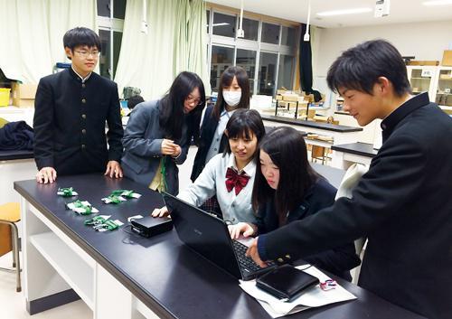写真3.D-シャトルのデータログを処理する福島高校スーパーサイエンス(SS)部の部員