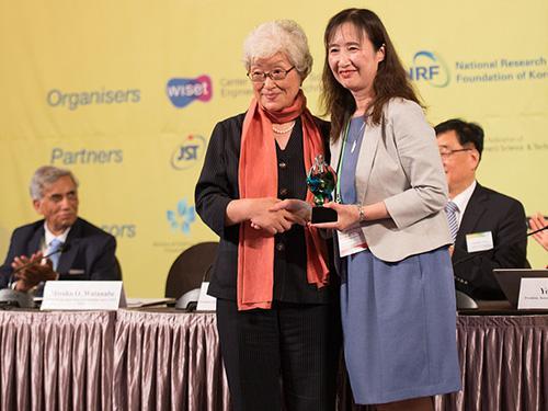 2017年日本での開催に向け、ダイバーサミットのトーチがHei Sook Lee理事長から渡辺美代子JSTダイバーシティ推進室長に手渡された。