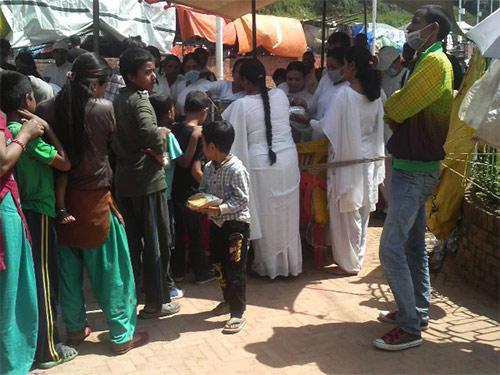 被災者に食事の配給をする宗教団体の人々(白い服)