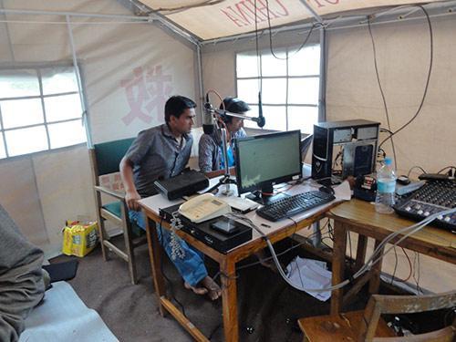 仮設テント内で放送再開したFMラジオ放送局