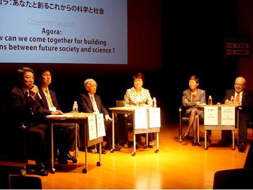 左から、モデレーターの金子直哉氏、狩野光伸氏、富田達夫氏、高橋真理子氏、原山優子氏、ピーター・グルックマン氏
