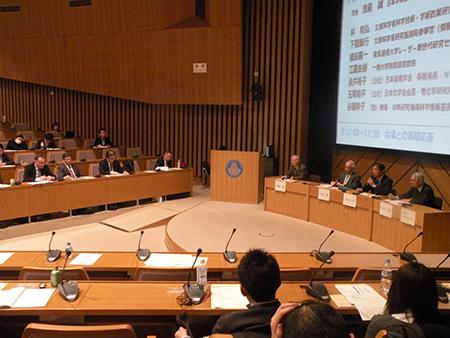 学術フォーラム「世界のオープンアクセス政策と日本」のパネルディスカッション=3月13日、日本学術会議講堂